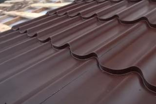 Металлочерепица или профнастил – что лучше для крыши?