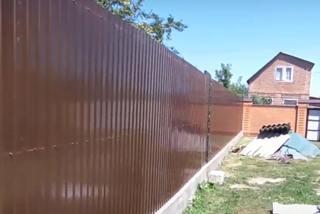 Профлист С8: как дешево построить надежный забор?