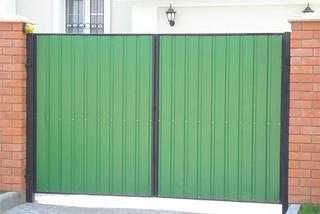 Ворота из профлиста: предлагаем лучшие цены на стройматериалы и установку
